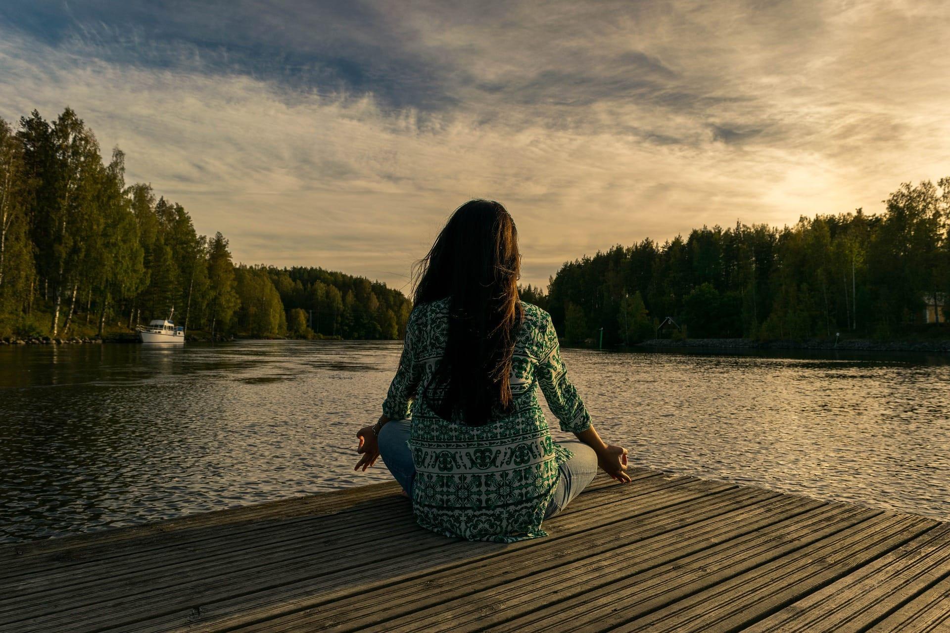 Einführung in die Kontemplation_Meditation_Frau_Meer_Sonnenuntergang_yoga-2176668