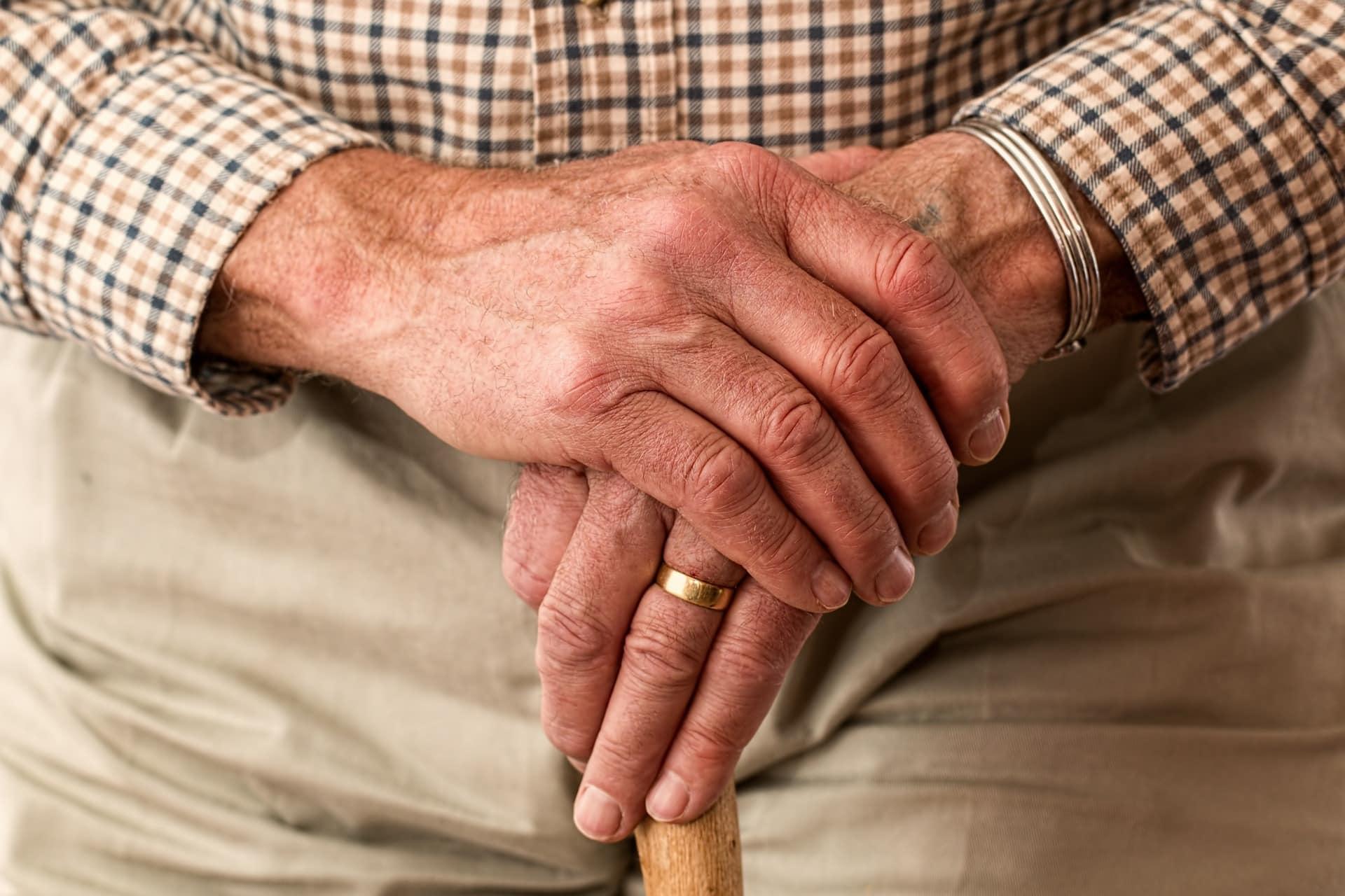 Ich werde_älter-und_nun_Mann_Stock_Hände_aufeinander