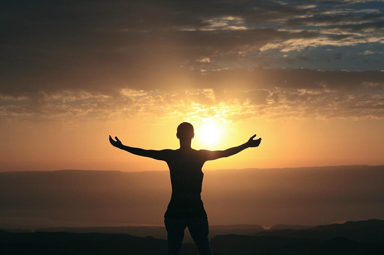 Lebensweise Liebe, Meditation und Selbsterfahrung_Sonnenuntergang_Arme_auseinander_Berg