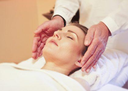 Cranio Sacrale Therapie_Frau_Hände_Massage_entspannen