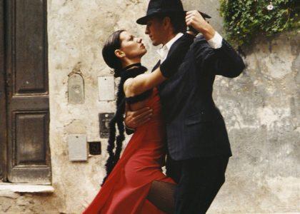Tango Argentino-Achtsamkeit in der Begegnung_Tanzen_Paar_Haus
