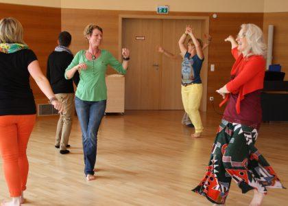 Tanz dich frei_Tanzen_Menschengruppe_Frauen